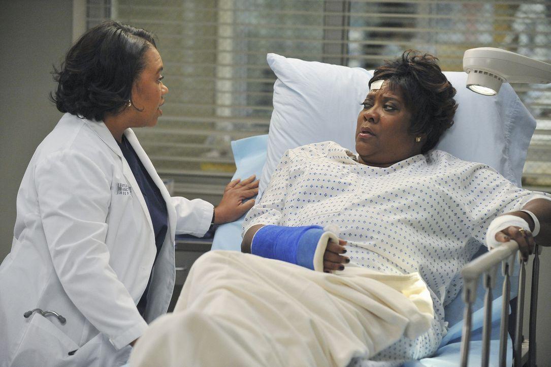 Während Mark sich in seinem wilden Trio mit schweren Problemen rumschlagen muss, kümmert sich Bailey (Chandra Wilson, l.) um Webbers Frau Adele (L... - Bildquelle: ABC Studios
