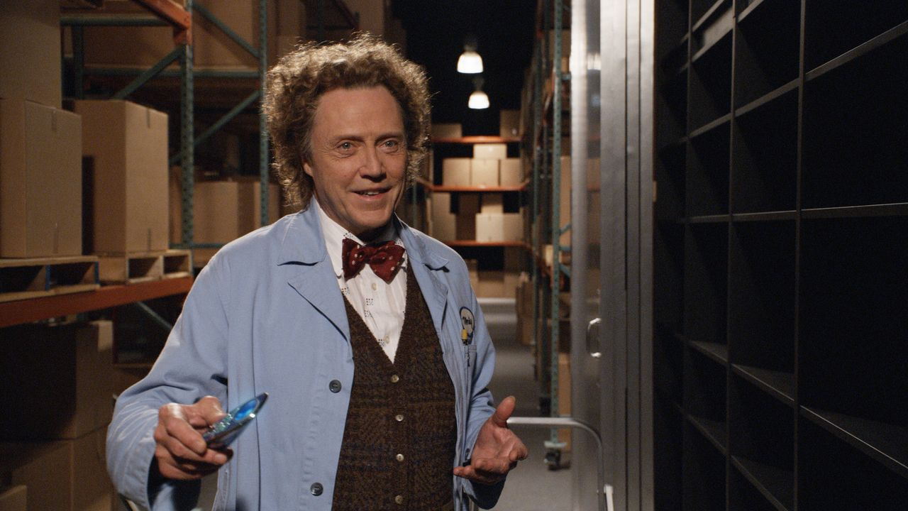 Der exzentrische Erfinder Morty (Christopher Walken) betreibt ein Elektrogeschäft, in dem Michael eine Universalfernbedienung kaufen will ... - Bildquelle: Sony Pictures Television International. All Rights Reserved.