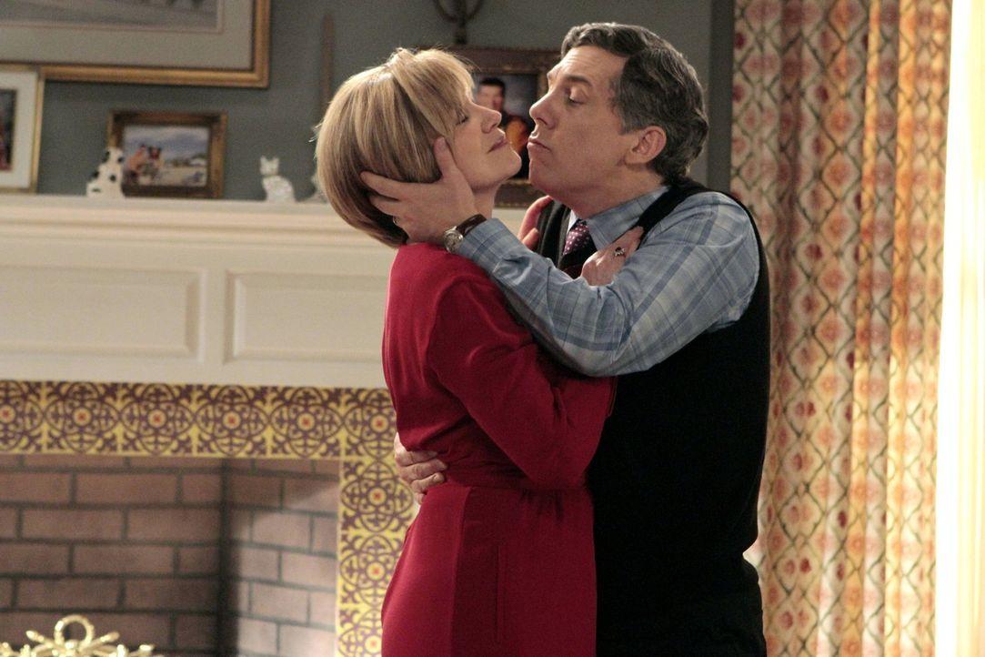 Sheila ist nicht begeistert, als sie ihre Mutter (Mary Kay Place, l.) und ihren Mann (Chris Parnell, r.) zusammen Tango tanzen sieht ... - Bildquelle: Warner Brothers