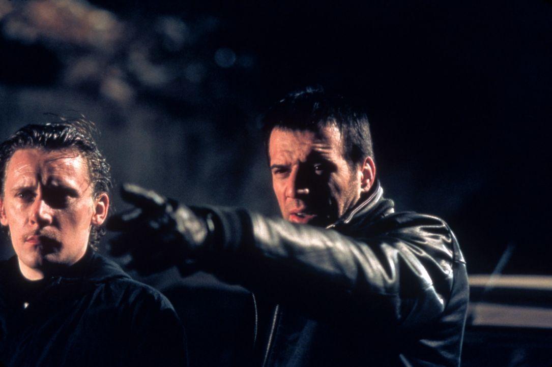 Dris (Samuel Le Bihan, r.) lässt sich von seinem Bruder zu einem allerletzten Coup überreden, bei dem auch dessen Partner Niglo (Francis Renaud, l.)... - Bildquelle: Sony Pictures Television International. All Rights Reserved.