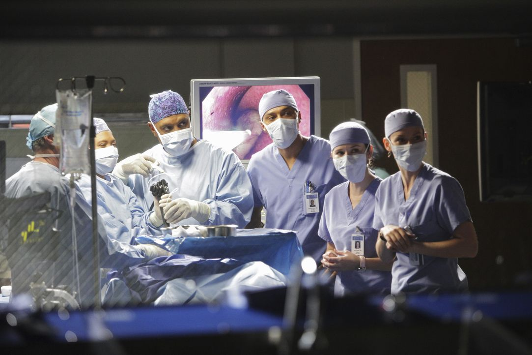 Versuchen alles, um Leben zu retten: April (Sarah Drew, 2.v.r.), Lexie (Chyler Leigh, r.), Richard (James Pickens, Jr., 3.v.l.), Miranda (Chandra Wi... - Bildquelle: ABC Studios
