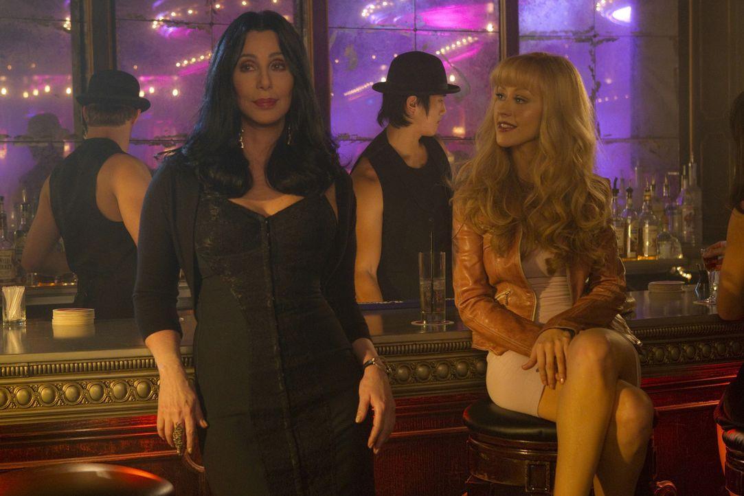 Als Kellnerin scheint Ali Rose (Christina Aguilera, vorne r.) gut genug zu sein, aber als Tänzerin will Chefin Tess (Cher, vorne, l.) sie nicht seh... - Bildquelle: 2010 Screen Gems, Inc. All Rights Reserved.