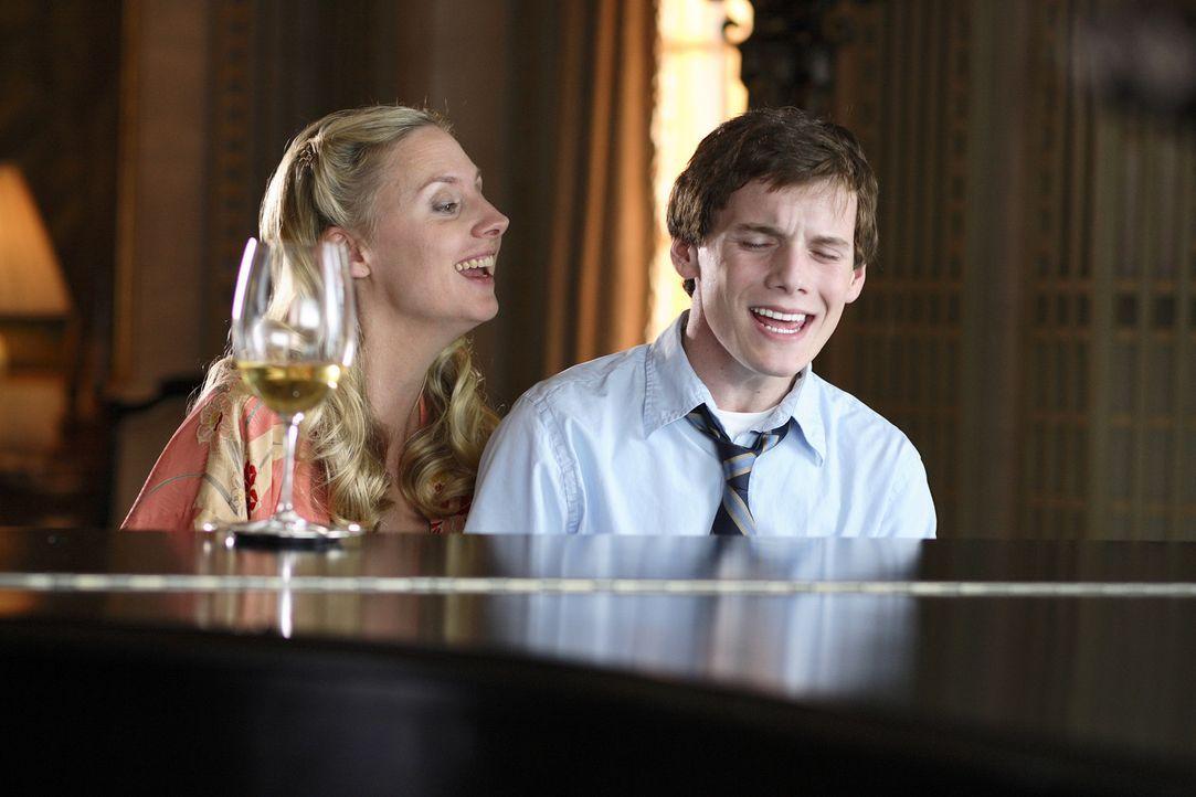 Könnten richtig glücklich sein: Charlie (Anton Yelchin, r.) und seine Mutter Marilyn (Hope Davis, l.) ... - Bildquelle: 2007 KIMMEL DISTRIBUTION LLC. ALL RIGHTS RESERVED.