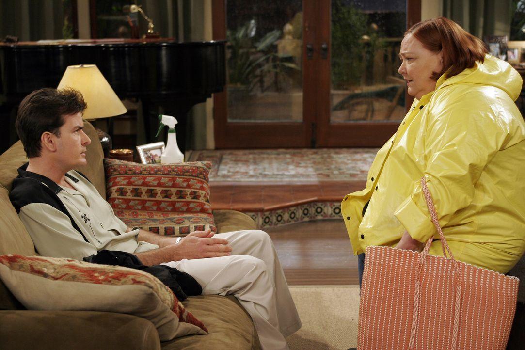 Charlie (Charlie Sheen, l.) holt sich Rat bei Berta (Conchata Ferrell, r.) ... - Bildquelle: Warner Bros. Television