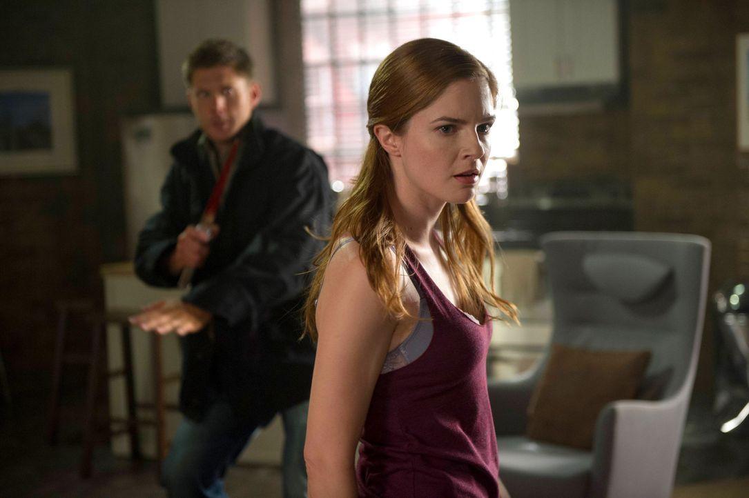 Wer oder was ist April (Shannon Lucio, r.) wirklich? - Bildquelle: 2013 Warner Brothers
