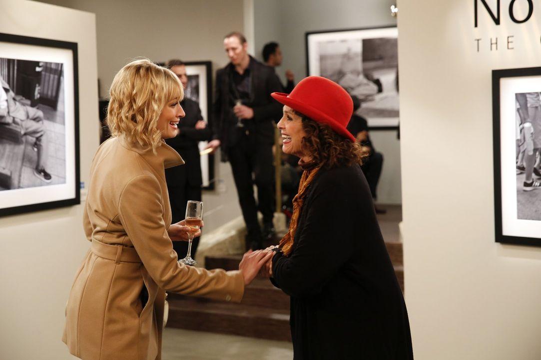 Ist begeistert, als sie auf die berühmte Fotografin Nola Anderz (Valerie Harper, r.) trifft: Caroline (Beth Behrs, l.) ... - Bildquelle: Warner Bros. Television