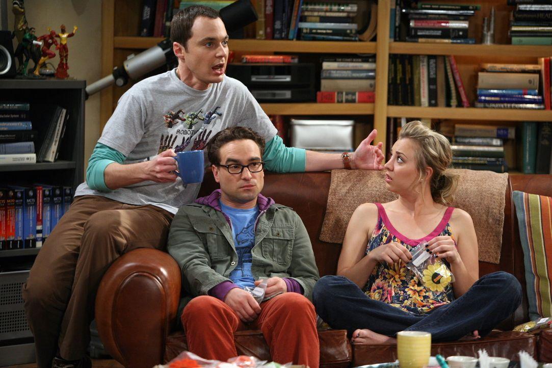 Noch ahnen Penny (Kaley Cuoco, r.) und Leonard (Johnny Galecki, M.) nicht, welch tragische Folgen der Konsum von Kaffee bei Sheldon (Jim Parsons, l.... - Bildquelle: Warner Bros. Television