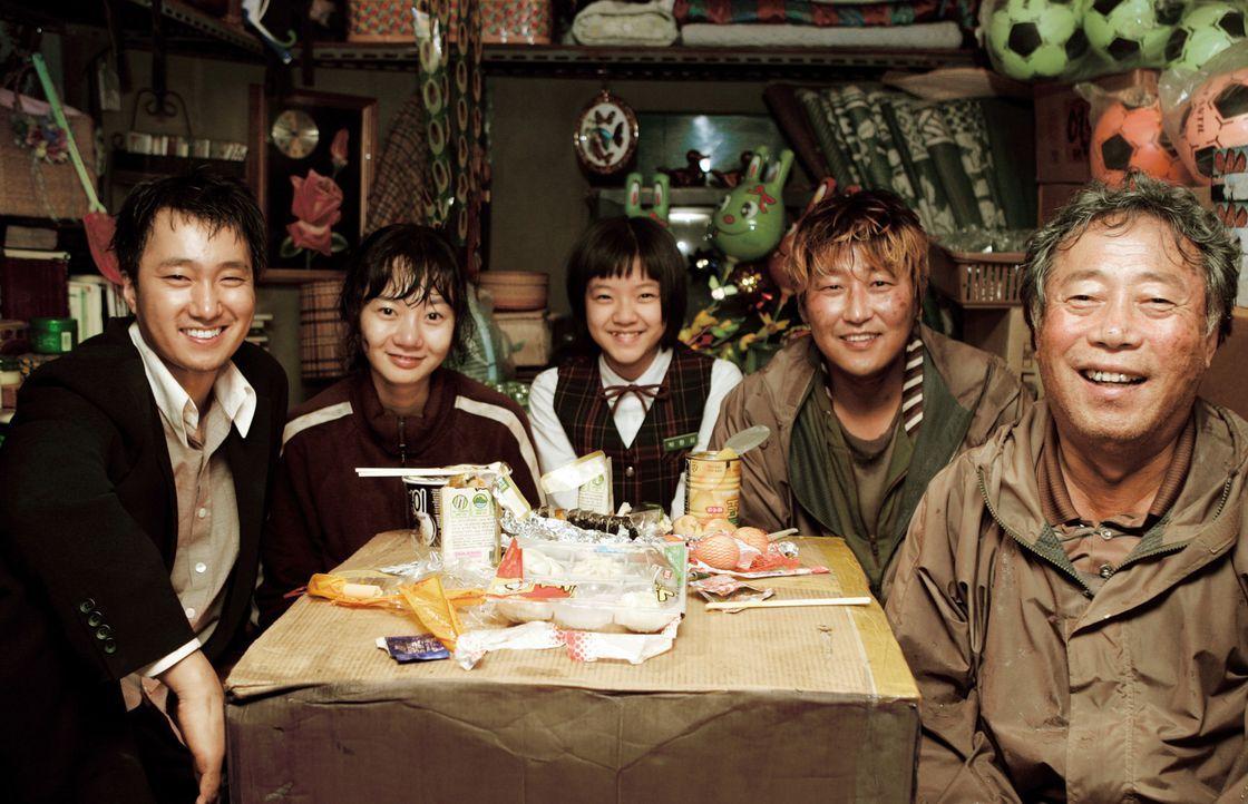 Drei Generationen unter einem Dach (v.l.n.r.): Onkel Nam-il (Hae-il Park), Tante Nam-Joo (Du-na Bae), Enkelkind Hyun-seo (Ah-sung Ko), Vater Gang-Du... - Bildquelle: MFA