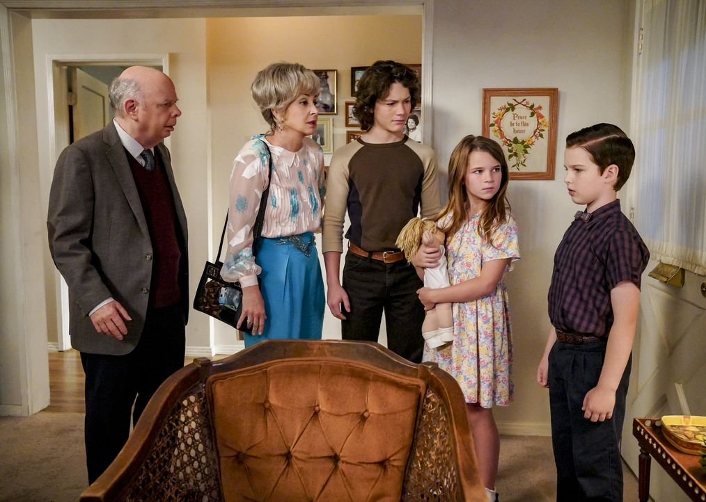 (v.l.n.r.) Dr. Sturgis (Wallace Shawn); Meemaw (Annie Potts); Georgie (Montana Jordan); Missy (Raegan Revord); Sheldon (Iain Armitage) - Bildquelle: Bill Inoshita 2018 CBS Broadcasting, Inc. All Rights Reserved./Bill Inoshita
