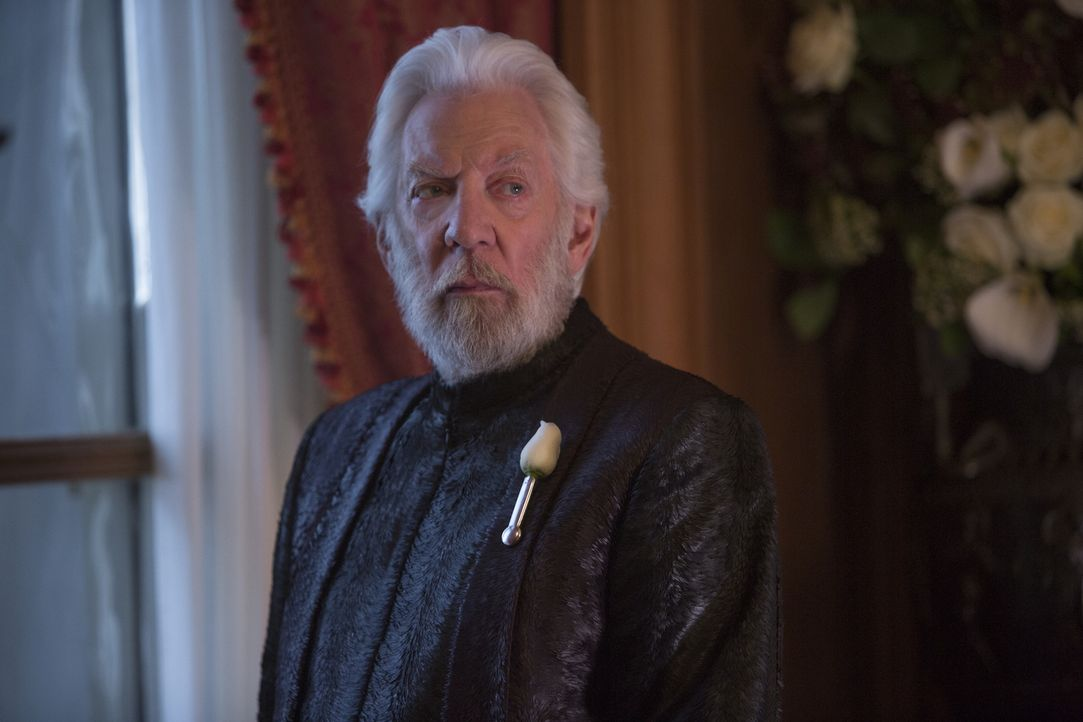 Diktator Coriolanus Snow (Donald Sutherland) ist nur noch davon besessen, Freiheitsikone Katniss Everdeen endgültig zu vernichten. Dafür ist ihm jed... - Bildquelle: Murray Close TM &   2015 Lions Gate Entertainment Inc. All rights reserved.