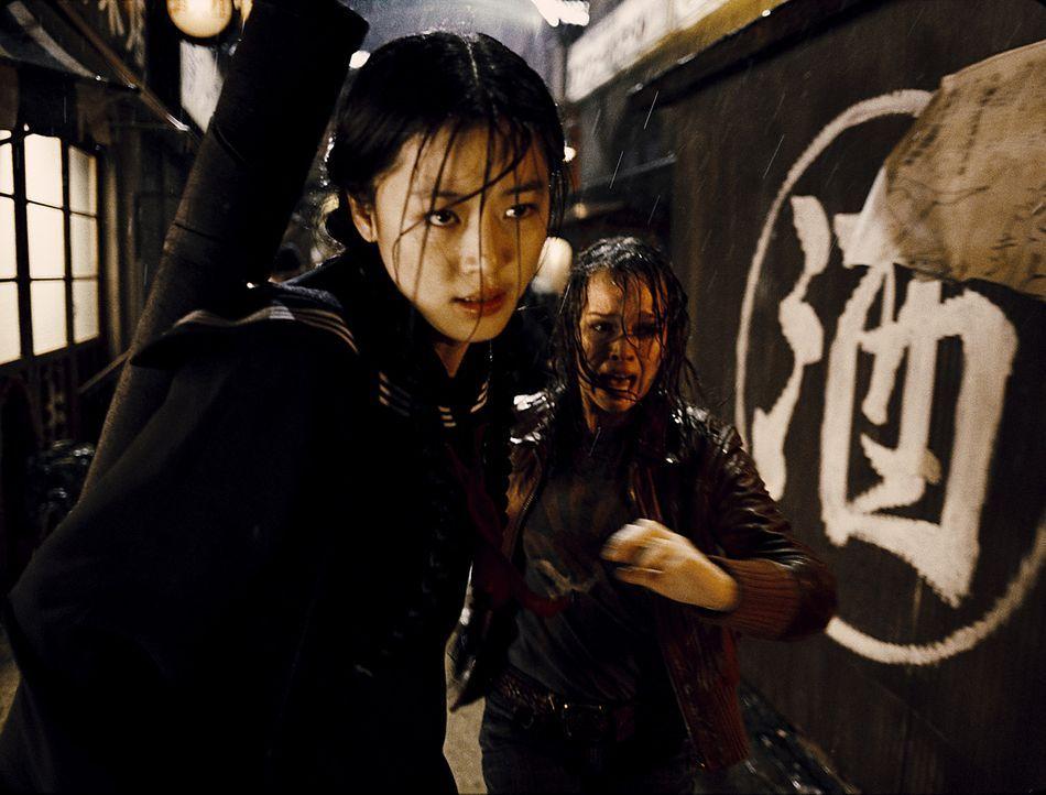 Als ihr Vater ermordet wird, gelingt es Alice (Allison Miller. r.) in letzter Minute zu Saya (Gianna Jun, l.) zu flüchten. Dort ist sie jedoch nur...