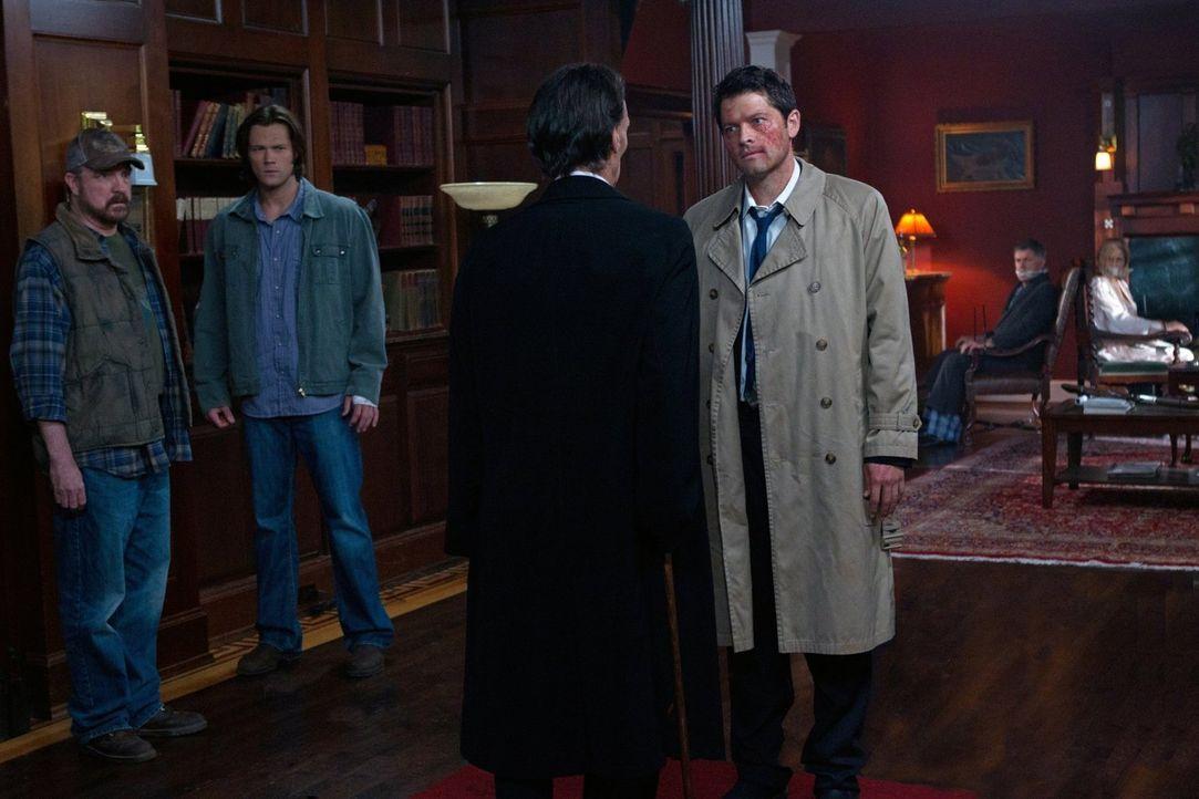 Castiel (Misha Collins, r.) ist bereit, Sam (Jared Padelecki, 2.v.l.), Dean und Bobby (Jim Beaver, l.) nicht zu töten, macht ihnen aber klar, dass s... - Bildquelle: Warner Bros. Television