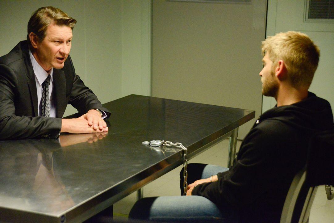 Hat Don (Brett Cullen, l.) tatsächlich seinen eigenen Sohn (Mike Vogel, r.) entführen lassen? - Bildquelle: 2014 CBS Broadcasting Inc. All Rights Reserved.