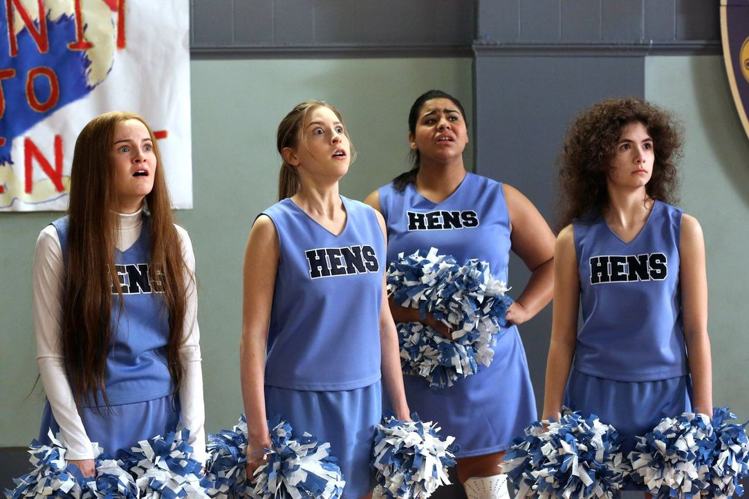 Ruth (Grace Bannon, l.), Sue (Eden Sher, 2.v.l.), Becky (Jessica Marie Garcia, 2.v.r.) und Ashley (Katlin Mastandrea, r.) stellen schockiert fest, d... - Bildquelle: Warner Brothers