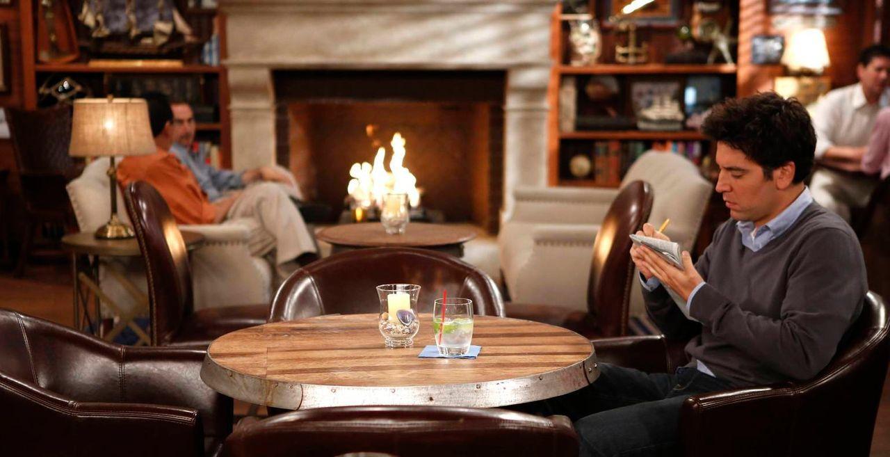 Ted (Josh Radnor, r.) versucht damit klar zu kommen, dass er alleine in einem romantischen Hotel ist, während Lily gespannt auf Marshall wartet ... - Bildquelle: 2013 Twentieth Century Fox Film Corporation. All rights reserved.