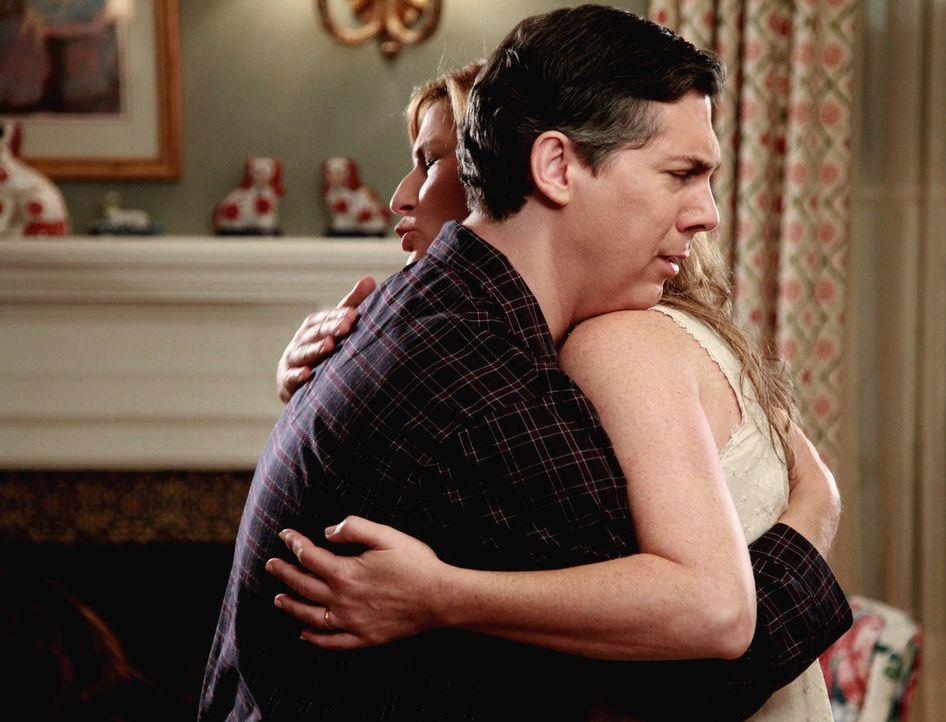 Fred (Chris Parnell, r.) ist überglücklich, dass er von seiner Frau Sheila (Ana Gasteyer, l.) die Erlaubnis bekommen hat, mit beim Männerausflug... - Bildquelle: Warner Bros. Television