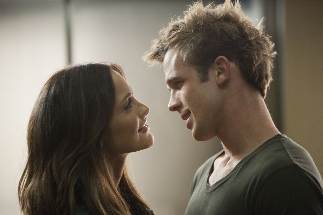 Bereits auf ihrer ersten Verbindungsparty lernt Sara (Minka Kelly, l.) den attraktiven Stephen (Cam Gigandet, r.) kennen, in den sie sich prompt ver... - Bildquelle: 2011 Screen Gems, Inc. All Rights Reserved.