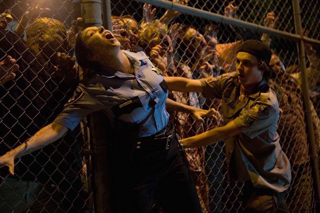 Carter (Logan Miller, r.) und seine Freunde müssen zu ihrem Entsetzen feststellen, dass sich fast alle Bewohner ihrer Stadt in Zombies verwandelt ha... - Bildquelle: Jamie Trueblood 2015 Paramount Pictures. All Rights Reserved.