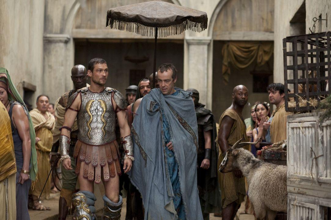 Will sich auf Spartacus' (Andy Whitfield, vorne l.) Namen ein Imperium aus Blut und Ruhm schaffen: Batiatus (John Hannah, vorne r.) ... - Bildquelle: 2010 Starz Entertainment, LLC