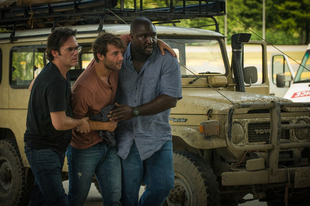 Dem Rebellenüberfall gerade so entkommen, versuchen Mitch (Billy Burke, l.) und Abraham (Nonso Anozie, r.), den verletzten Jackson (James Wolk, M.)... - Bildquelle: Cook Allender 2015 CBS Broadcasting Inc. All Rights Reserved.