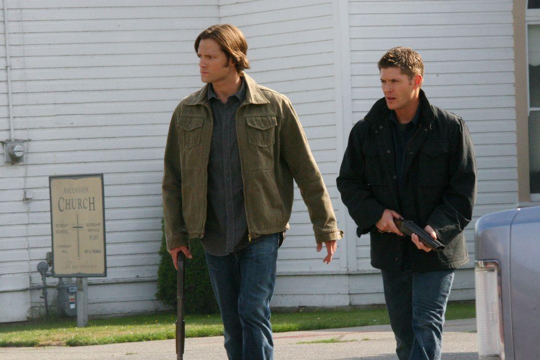 Sie begeben sich auf eine gefährliche Jagd nach dem Übernatürlichen: Sam (Jared Padalecki, l.) und Dean Winchester (Jensen Ackles, r.) ... - Bildquelle: Warner Bros. Television