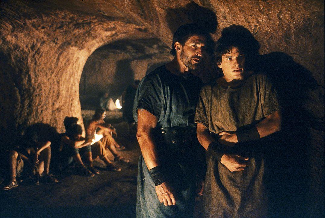 Octavius (Santiago Cabrera, r.) und Tyrannus (Jonathan Cake, l.) landen nach Mamurius' Festnahme in den Höhlen des Todes ... - Bildquelle: Hallmark Entertainment