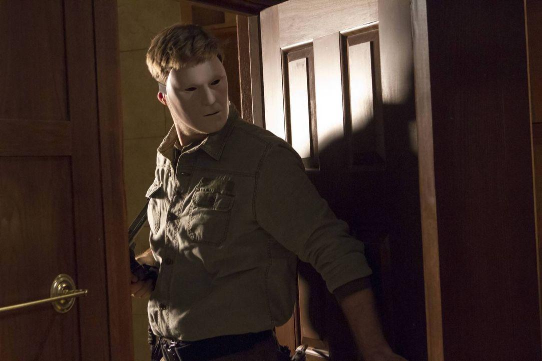 Mit dem Entführer (Sean Sullivan) ist nicht zu spaßen ... - Bildquelle: 2013-2014 NBC Universal Media, LLC. All rights reserved.