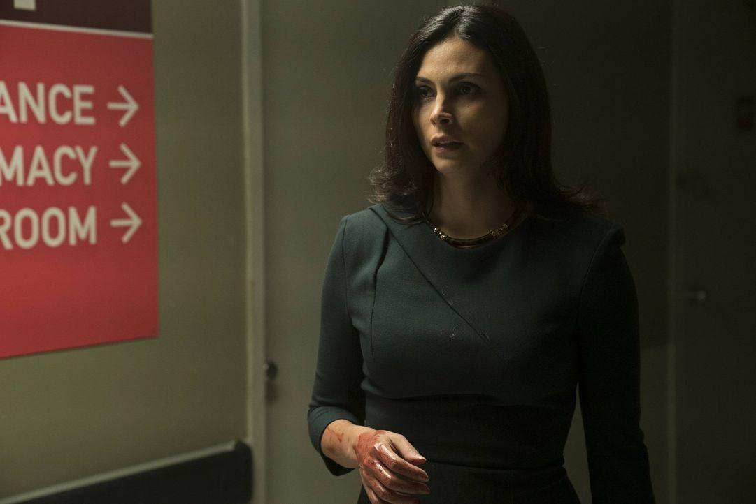 Wird von Tetch entführt und muss um ihr Leben bangen: Leslie Thompkins (Morena Baccarin) ... - Bildquelle: Warner Brothers