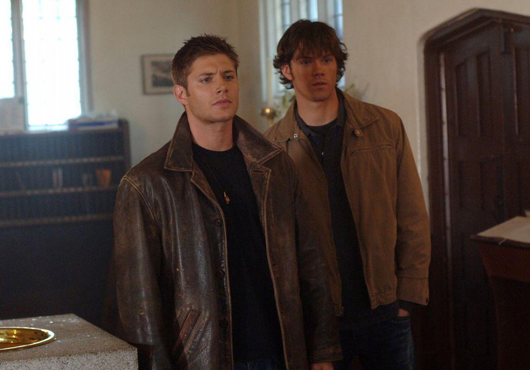 Sam (Jared Padalecki, r.) und Dean Winchester (Jensen Ackles, l.) müssen die Knochen eines Geistes finden und diese zerstören, wenn sie Lori und i... - Bildquelle: Warner Bros. Television