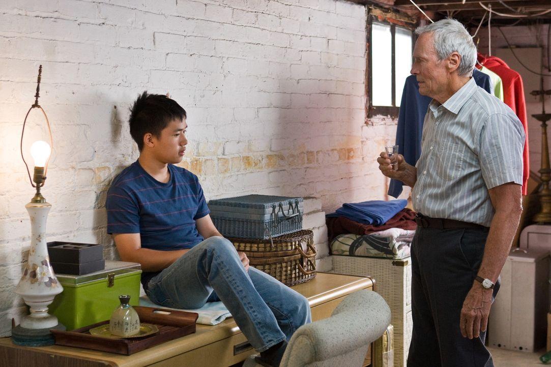 Der Kriegs-Veteran und jähzornige Rassist Walt Kowalski (Clint Eastwood, r.) wird durch Thao (Bee Vang, l.) und seine Familie gezwungen, seine tief... - Bildquelle: Warner Bros