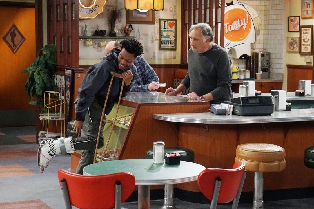 Arthur (Judd Hirsch, r.) fühlt sich schlecht, als Franco (Jermaine Fowler, l.) sich bei der Arbeit verletzt und keine Krankenversicherung hat, die d... - Bildquelle: Monty Brinton 2017 CBS Broadcasting, Inc. All Rights Reserved