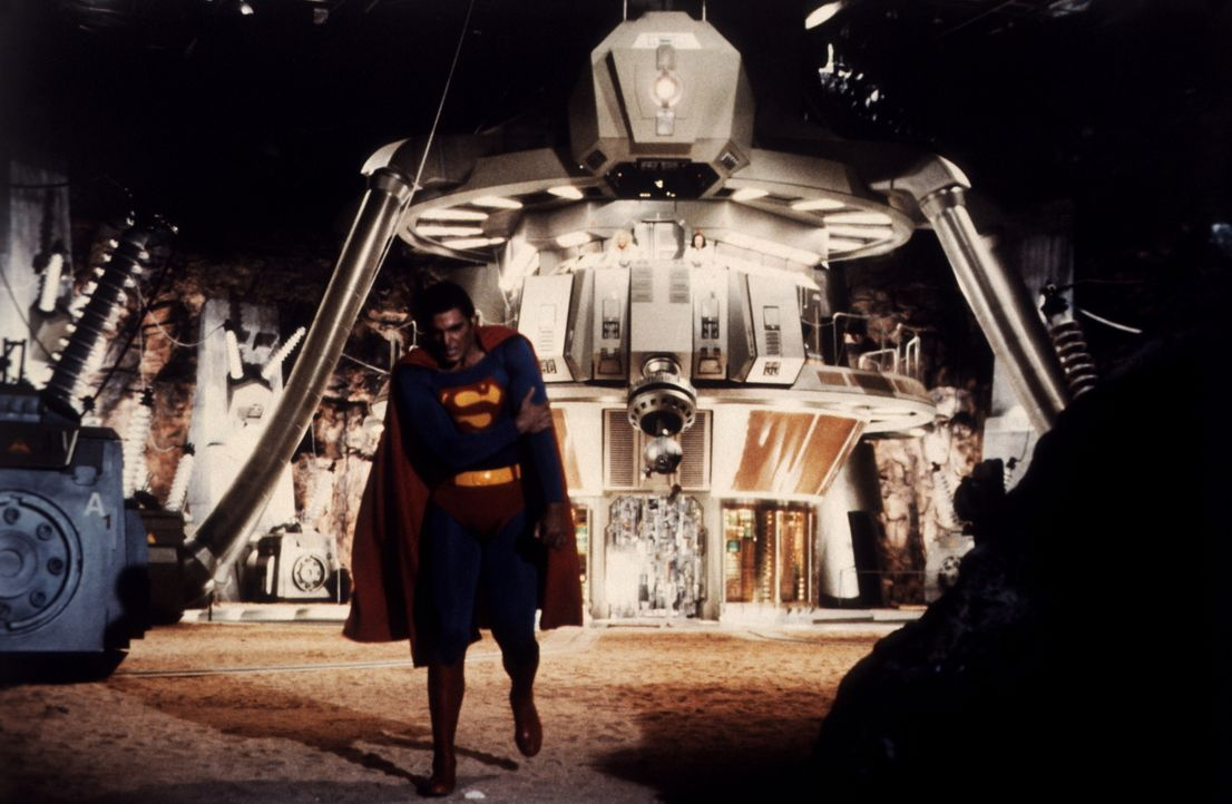 Nach dem Kampf mit dem Super-Computer ist Superman (Christopher Reeve) schwer angeschlagen ... - Bildquelle: Warner Bros.