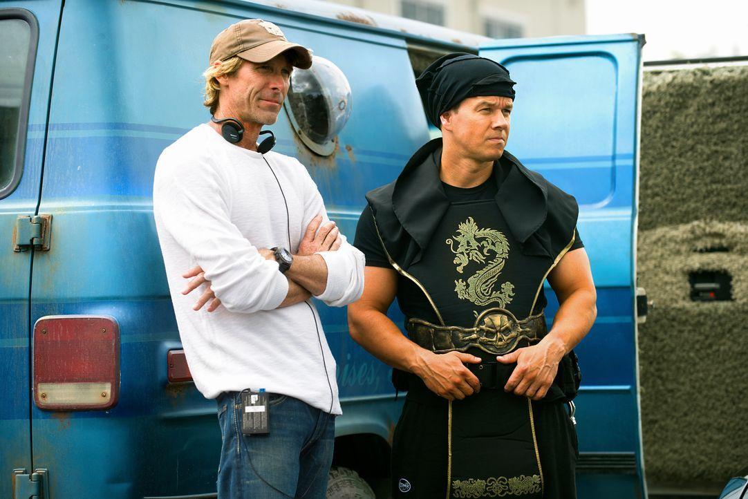 Regisseur Michael Bay, l. und Mark Wahlberg, r. am Set von PAIN & GAIN ... - Bildquelle: Jaimie Trueblood (2014) PARAMOUNT PICTURES. ALL RIGHTS RESERVED.