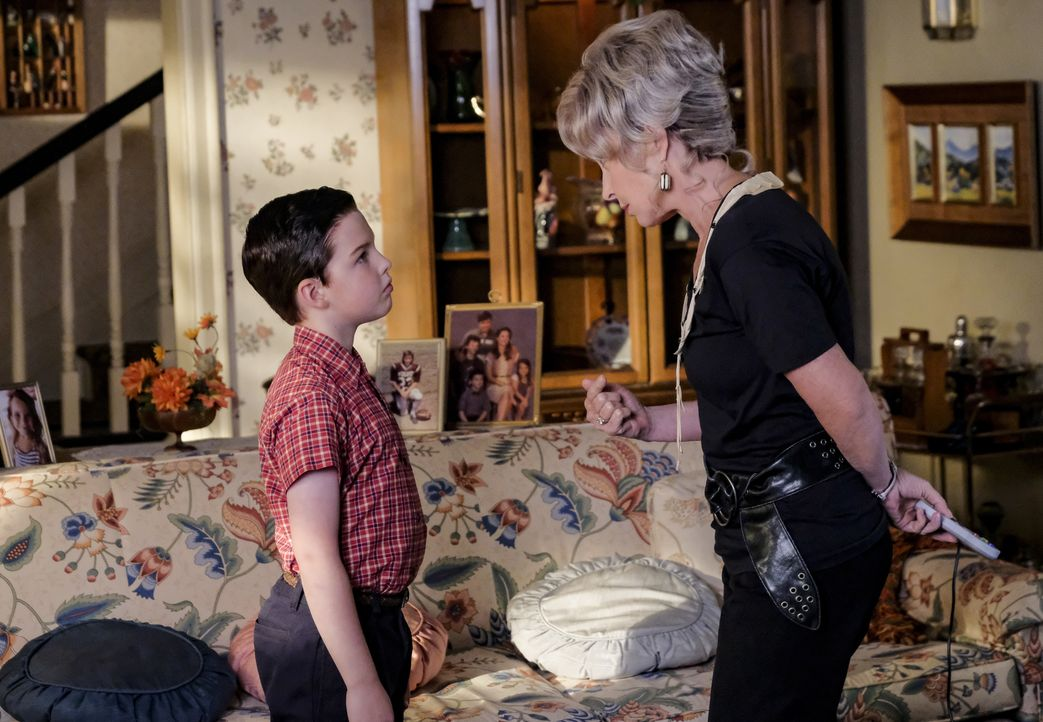 Sheldon (Iain Armitage, l.); Meemaw (Annie Potts, r.) - Bildquelle: Darren Michaels 2018 WBEI. All rights reserved./Darren Michaels / Darren Michaels