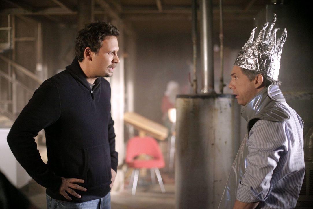 Fred (Chris Parnell, r.) versteckt sich in Georges (Jeremy Sisto, l.) Keller vor Sheila, weil er nicht zum besten Verkäufer erklärt wurde, sondern j... - Bildquelle: Warner Brothers