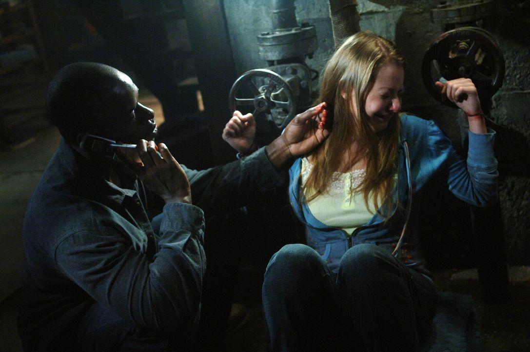Gordon (Sterling K. Brown, l.) ist aus dem Gefängnis entwischt und führt nichts Gutes im Schilde. Doch was hat er mit dem Mädchen (Natalia Minuta... - Bildquelle: Warner Bros. Television
