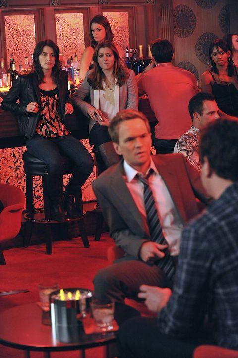 Barney (Neil Patrick Harris, vorne l.) und Marshall (Jason Segel, vorne r.) streiten sich über den Abriss des Arcadian Hotels. Robin (Cobie Smulder... - Bildquelle: 20th Century Fox International Television