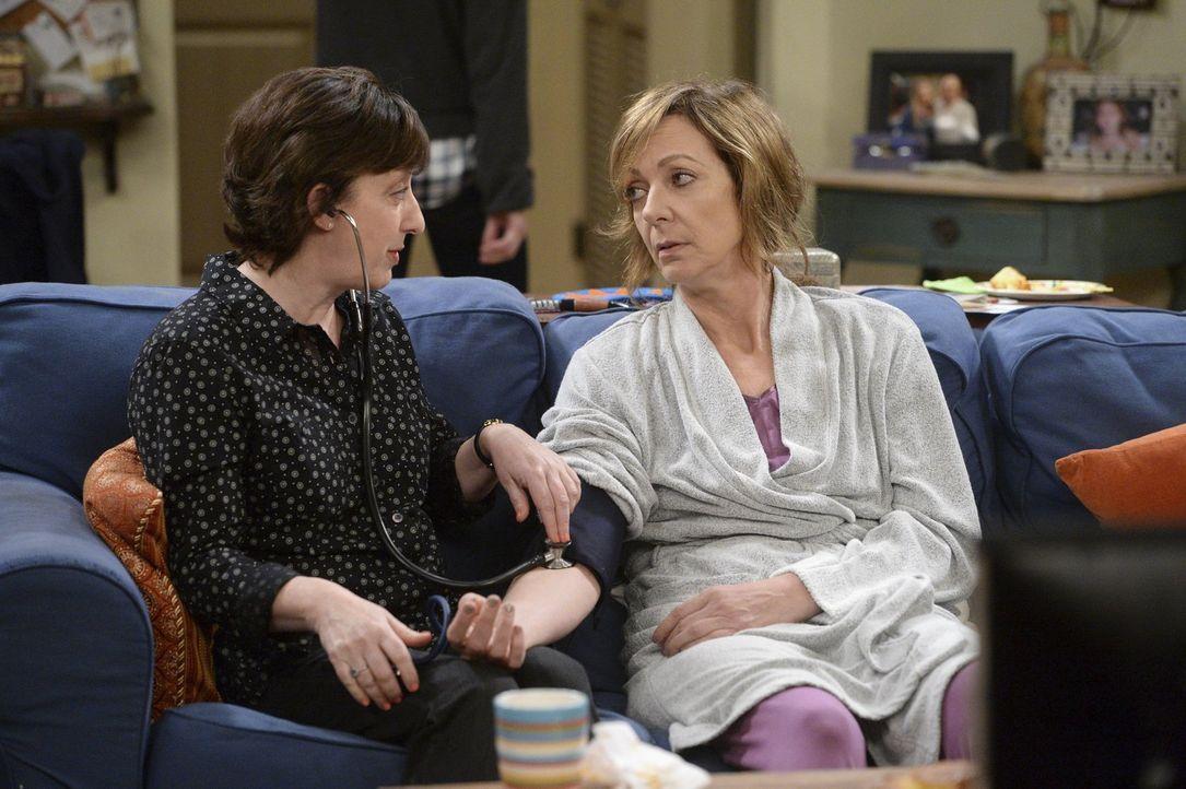 Kann auf die Unterstützung von Wendy (Beth Hall, l.) zählen: Bonnie (Allison Janney, r.) ... - Bildquelle: Warner Bros. Television