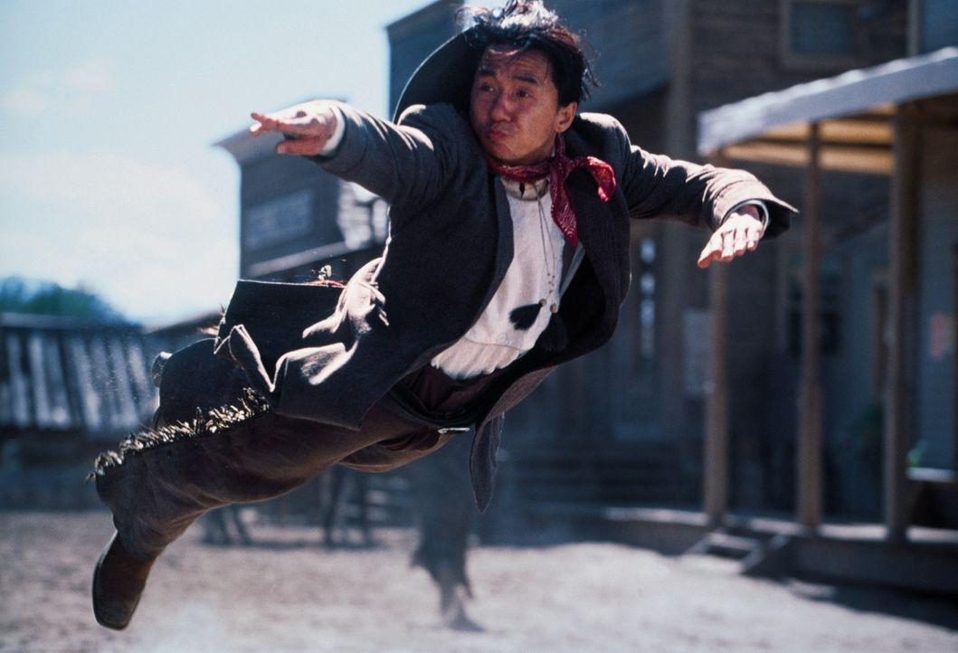 Glücklicherweise hat Chon (Jackie Chan) einige außerordentliche Martial-Arts-Kunststücke auf Lager. Deshalb lernen die Revolverhelden des Wilden... - Bildquelle: SPYGLASS ENTERTAINMENT GROUP, LP