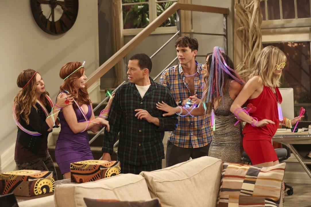 It's Partytime: Walden (Ashton Kutcher, 3.v.r.), Alan (Jon Cryer, 3.v.l.), Jenny (Amber Tamblyn, l.), Sarah (Tara Perry, 2.v.l.), Heidi (Nicole Trav... - Bildquelle: Warner Bros. Television