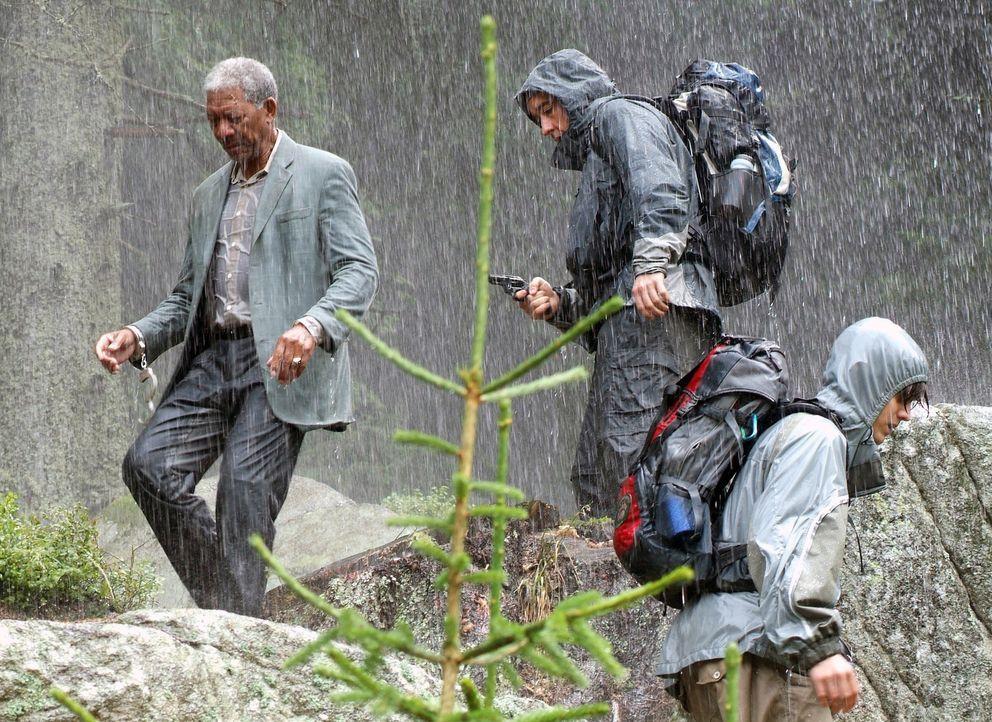 Unglücklicherweise fischen Ray (John Cusack, M.) und sein Sohn (Jamie Anderson, r.) einen Profikiller (Morgan Freeman, l.) aus einem Fluß fernab d... - Bildquelle: Millennium Films