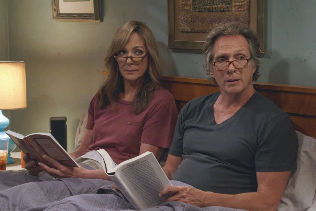 Bonnie (Allison Janney, l.); Adam (William Fichtner, r.) - Bildquelle: 2019 Warner Bros. Entertainment Inc. All Rights Reserved