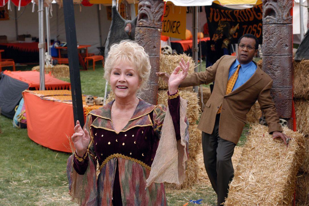 Noch ahnt Rektor Phil Flanagan (Clifton Davis, r.) nicht, dass Großmutter Aggie (Debbie Reynolds, l.) eine ganz besondere Begabung besitzt ... - Bildquelle: The Disney Channel