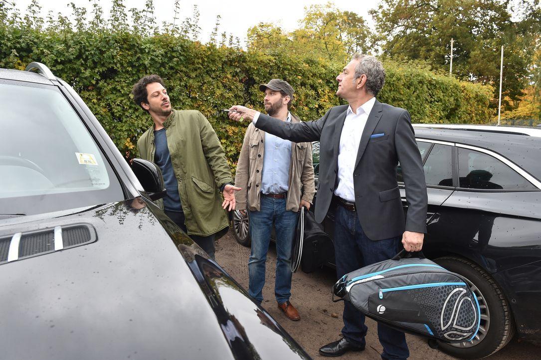 Als Fahri (l.) und Christian (M.) nach dem Tennis von einem Fremden (Jean Yves Berteloot, r.) des Autodiebstahls bezichtigt werden, benehmen sie sic... - Bildquelle: Andre Kowalski maxdome / ProSieben