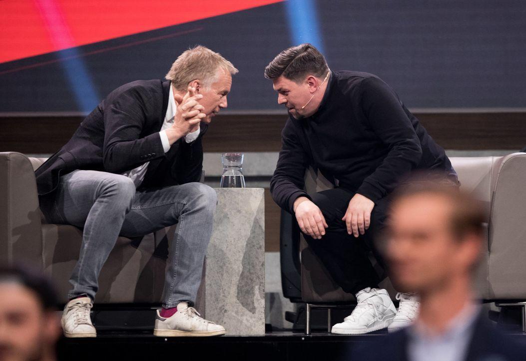 Johannes B. Kerner (l.) und Tim Mälzer (r.) beraten über den Wetteinsatz. - Bildquelle: Jens Hartmann ProSieben/Jens Hartmann