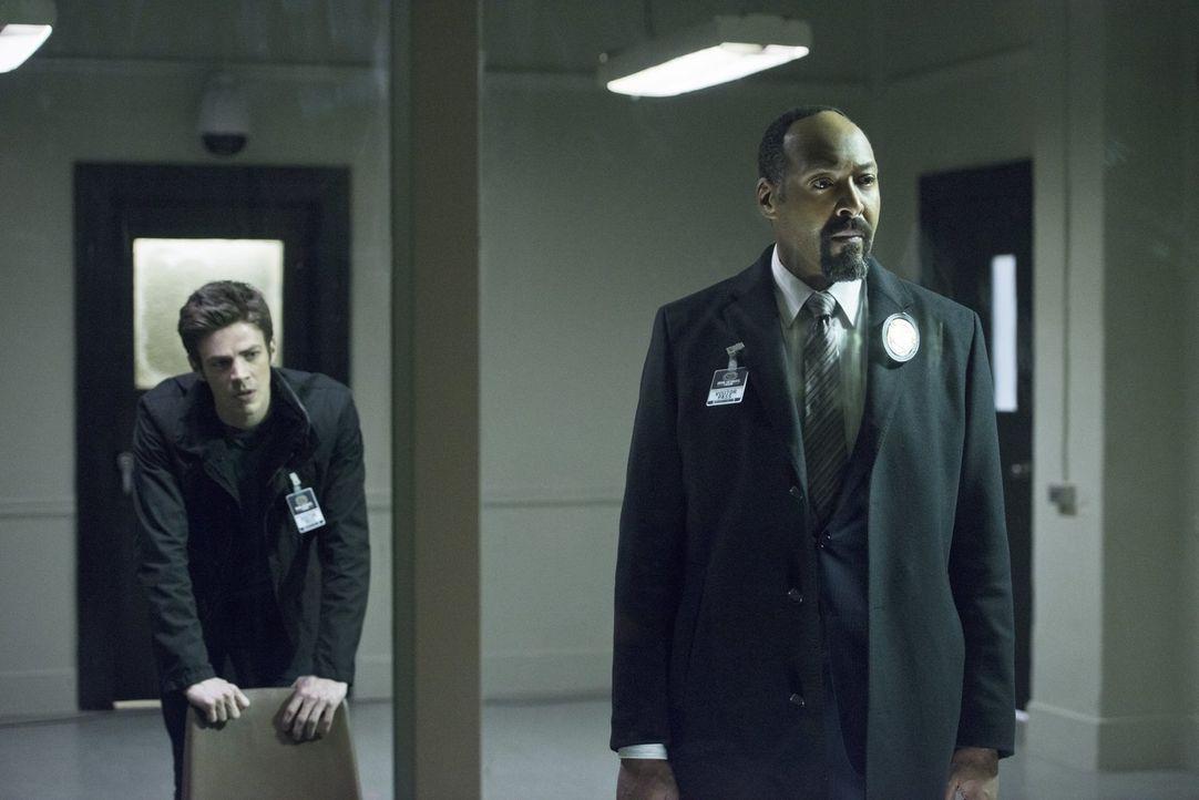 Können Barry (Grant Gustin, l.) und Joe (Jesse L. Martin, r.) ihre Nachforschungen über Dr. Wells vor ihm geheim halten oder geraten sie ins Fadenkr... - Bildquelle: Warner Brothers.