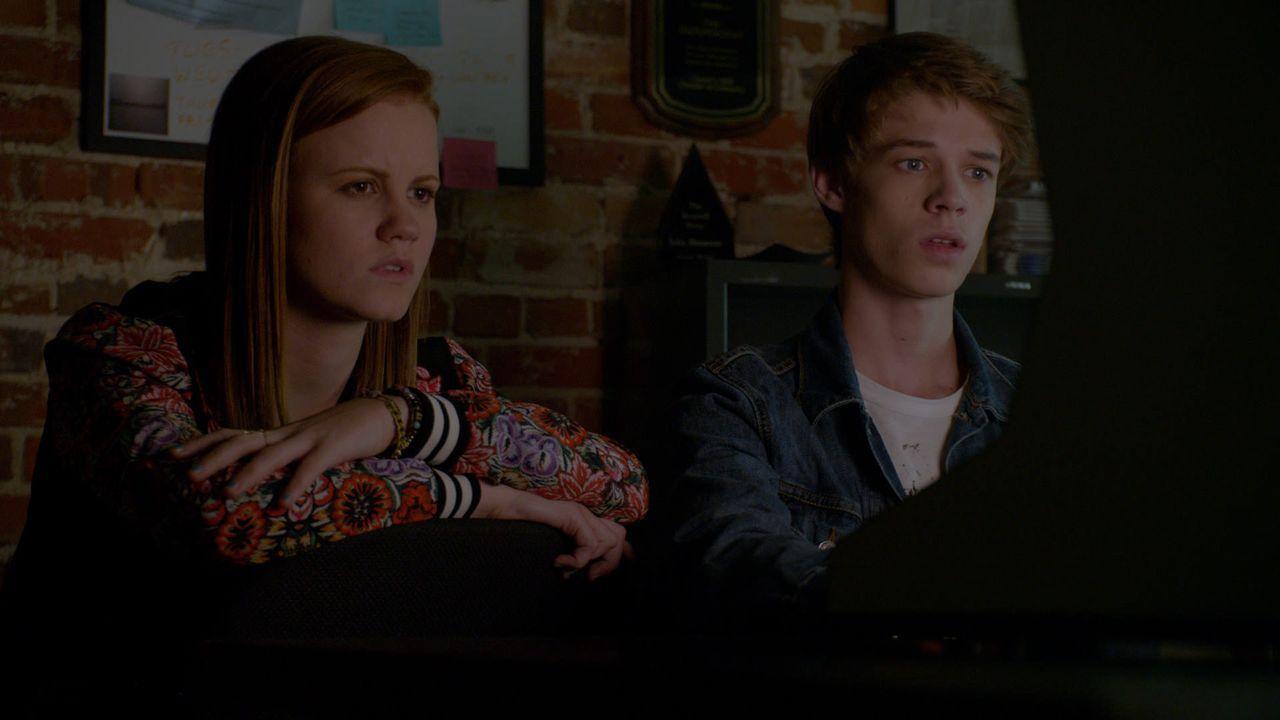 Norrie (Mackenzie Lintz, l.) misstraut Melanie und möchte Joe (Colin Ford, r.) gerne, so gut es geht, von ihr fernhalten ... - Bildquelle: 2014 CBS Broadcasting Inc. All Rights Reserved.