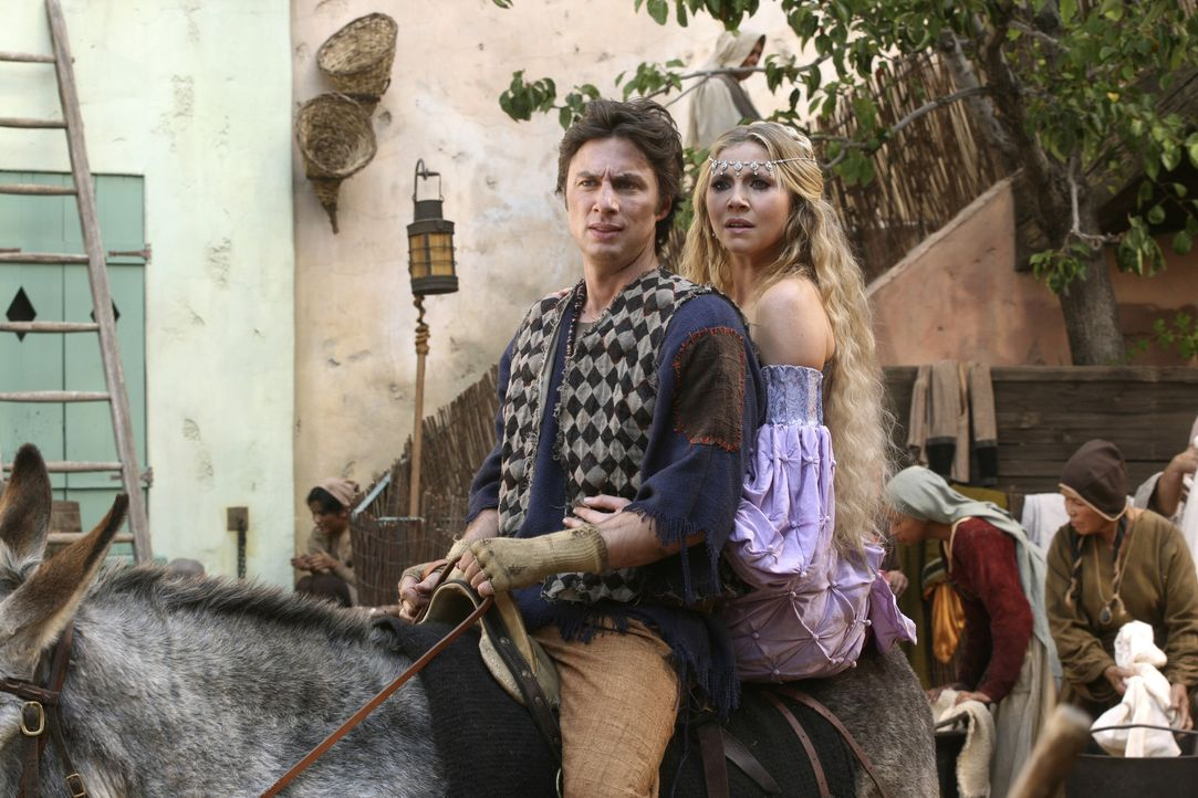 Der Dorftrottel (Zach Braff, l.) und die schöne Prinzessin (Sarah Chalke, r.) machen sich auf, eine Magd zu retten ... - Bildquelle: Touchstone Television