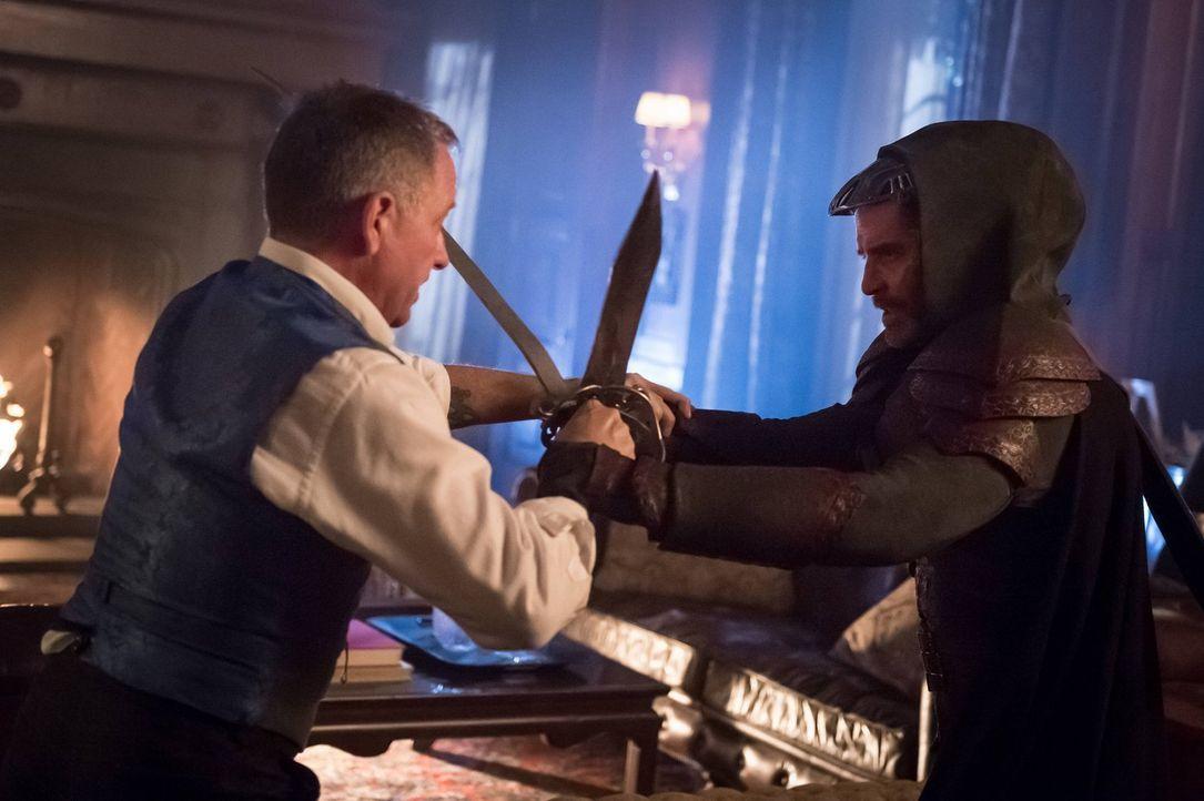 Azrael (James Frain, r.) kann sich plötzlich wieder an Teile seiner Vergangenheit erinnern und damit auch an seinen ursprünglichen Plan, Bruce Wayne... - Bildquelle: Warner Brothers