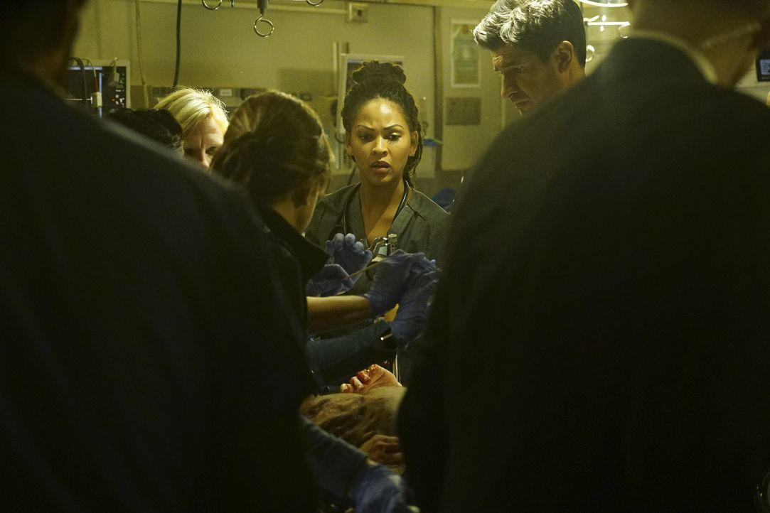 Nach einem Anschlag werden Verletzte ins Angels Memorial Krankenhaus eingeliefert. Das Team um Grace (Meagan Good, M.) und Neal (Raza Jaffrey, 2.v.r... - Bildquelle: Richard Cartwright 2015 ABC Studios